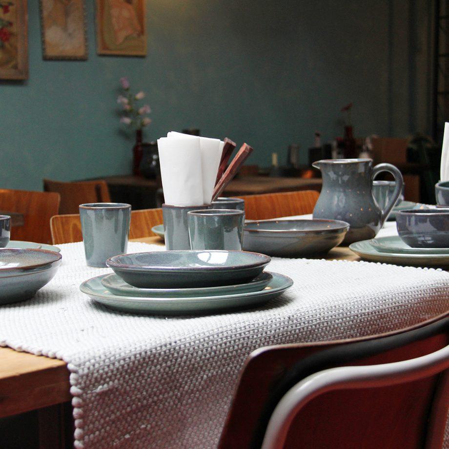 styling gedekte tafel servies en tafelloper